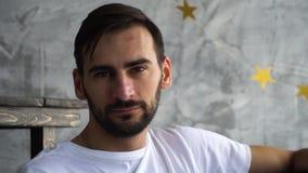 Retrato do homem farpado no olhar branco do shitr de t in camera com censura vídeos de arquivo