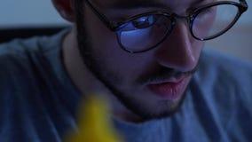Retrato do homem farpado novo bem sucedido no funcionamento de vidros com um ferro de solda em seu lugar de trabalho Conceito do vídeos de arquivo