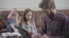 Retrato do homem farpado que trabalha com fim da tabuleta acima Menina que tenta em vão dar ao homem a maçã vídeos de arquivo