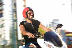 Retrato do homem feliz com o capacete no passeio da motocicleta na cidade imagem de stock royalty free