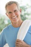 Retrato do homem feliz com a toalha no ombro Fotografia de Stock Royalty Free