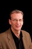 Retrato do homem feliz de sorriso mais idoso no preto Fotos de Stock Royalty Free