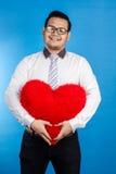 Retrato do homem feliz romântico do Valentim que mostra seu lugar do amor Imagens de Stock Royalty Free