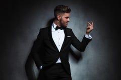 Retrato do homem formal que olha à mão ao agarrar os dedos Imagem de Stock Royalty Free