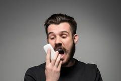 Retrato do homem gritando que fala no telefone Imagens de Stock Royalty Free