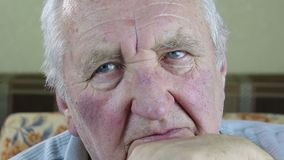 Retrato do homem idoso vídeos de arquivo