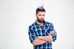 Retrato do homem infeliz com coroa da rainha Fotos de Stock