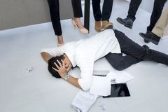 Retrato do homem irritado 20-30 anos Homem de negócios forçado, susto de Yong foto de stock royalty free