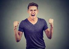 Retrato do homem irritado que grita imagens de stock