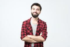 Retrato do homem latino-americano considerável de sorriso na posição quadriculado da camisa com braços cruzados fotografia de stock