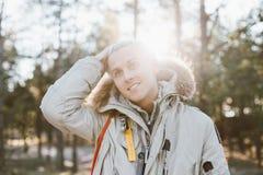 Retrato do homem louro considerável na floresta do inverno fotos de stock royalty free