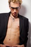 Retrato do homem louro considerável nos óculos de sol Fotos de Stock Royalty Free