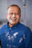 Retrato do homem maduro feliz com farinha na cara e na camisa imagem de stock royalty free