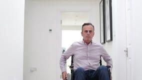 Retrato do homem maduro que usa a cadeira de rodas video estoque