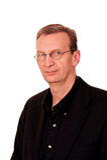 Retrato do homem mais idoso no branco com sorriso ligeiro Fotos de Stock