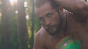 Retrato do homem molhado forte na floresta lentamente vídeos de arquivo