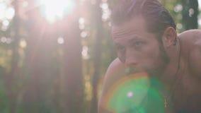 Retrato do homem molhado forte na floresta lentamente filme