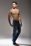 Retrato do homem muscular novo foto de stock royalty free