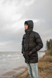 Retrato do homem na floresta do inverno com a praia no fundo Imagem de Stock Royalty Free