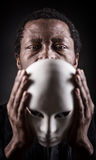 Retrato do homem negro africano com máscara branca fotos de stock