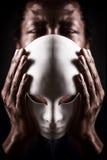 Retrato do homem negro africano com máscara branca imagens de stock royalty free