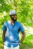 Retrato do homem negro alegre afro-americano que sorri na natureza Imagem de Stock Royalty Free