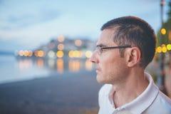 Retrato do homem no crepúsculo Fotos de Stock