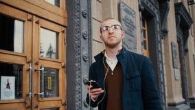 Retrato do homem novo considerável à moda que fala no telefone celular video estoque