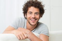 Retrato do homem novo de sorriso Fotografia de Stock Royalty Free
