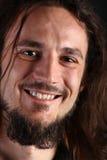 Retrato do homem novo de sorriso com cabelo longo Foto de Stock Royalty Free