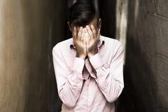 Retrato do homem novo, deprimido na dor Fotografia de Stock