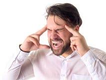 Retrato do homem novo irritado que olham direto e da gritaria Fotos de Stock Royalty Free