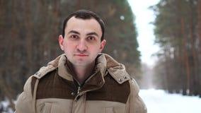 Retrato do homem novo na floresta do inverno filme