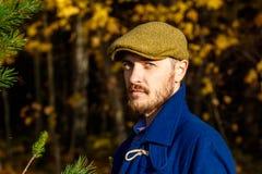 Retrato do homem novo na floresta do outono imagem de stock