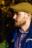 Retrato do homem novo na floresta do outono fotografia de stock