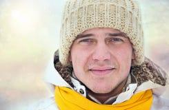Retrato do homem novo no inverno imagem de stock
