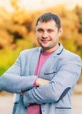 Retrato do homem novo no parque do outono Imagem de Stock