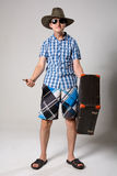 Retrato do homem novo nos óculos de sol com suitcas Fotografia de Stock Royalty Free