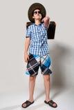 Retrato do homem novo nos óculos de sol com suitcas Imagens de Stock Royalty Free