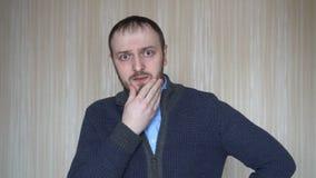Retrato do homem novo preocupado no local de trabalho Conceito do esforço vídeos de arquivo