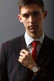 Retrato do homem novo que mantém sua mão em sua caixa Fotografia de Stock