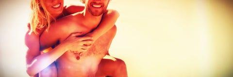 Retrato do homem novo que reboca a mulher bonita na praia Imagem de Stock Royalty Free