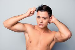 Retrato do homem novo seguro considerável 'sexy' com torso despido c foto de stock