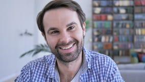Retrato do homem ocasional de sorriso da barba que olha a câmera vídeos de arquivo