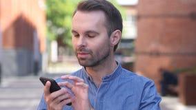 Retrato do homem ocasional Smartphone de utilização ocupado video estoque