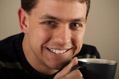 Retrato do homem que bebe a bebida quente fotos de stock royalty free