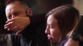 Retrato do homem que chatea a mulher no contador da barra vídeos de arquivo
