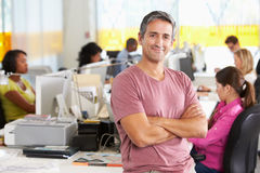 Retrato do homem que está no escritório criativo ocupado Fotografia de Stock Royalty Free