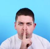 Retrato do homem que faz o gesto do silêncio imagens de stock royalty free
