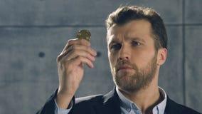 Retrato do homem que guarda o bitcoin em sua mão filme